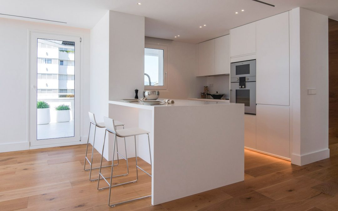 Combinazioni di marmo e legno per una casa al mare